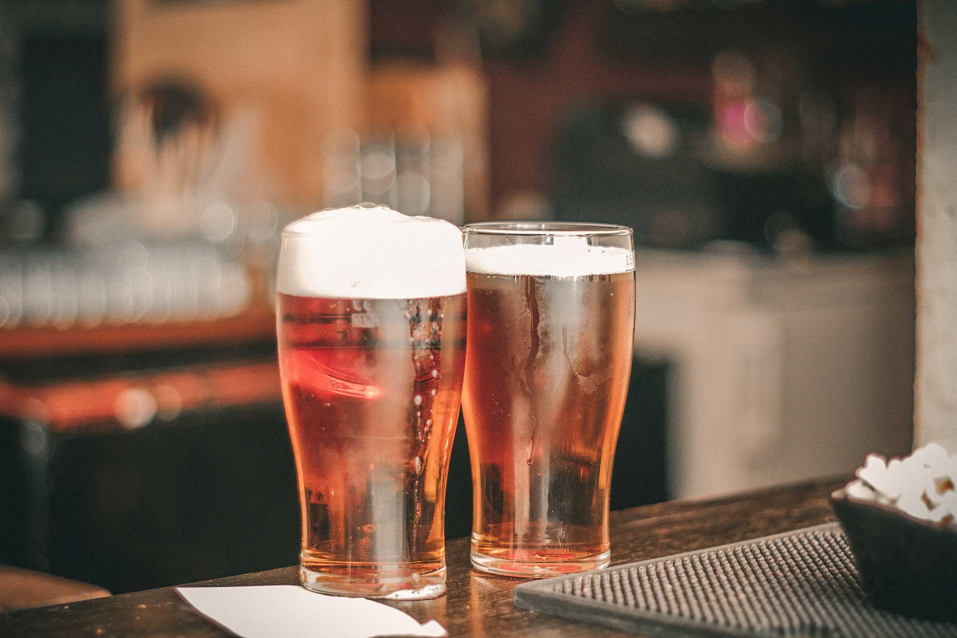image de deux pintes de bière