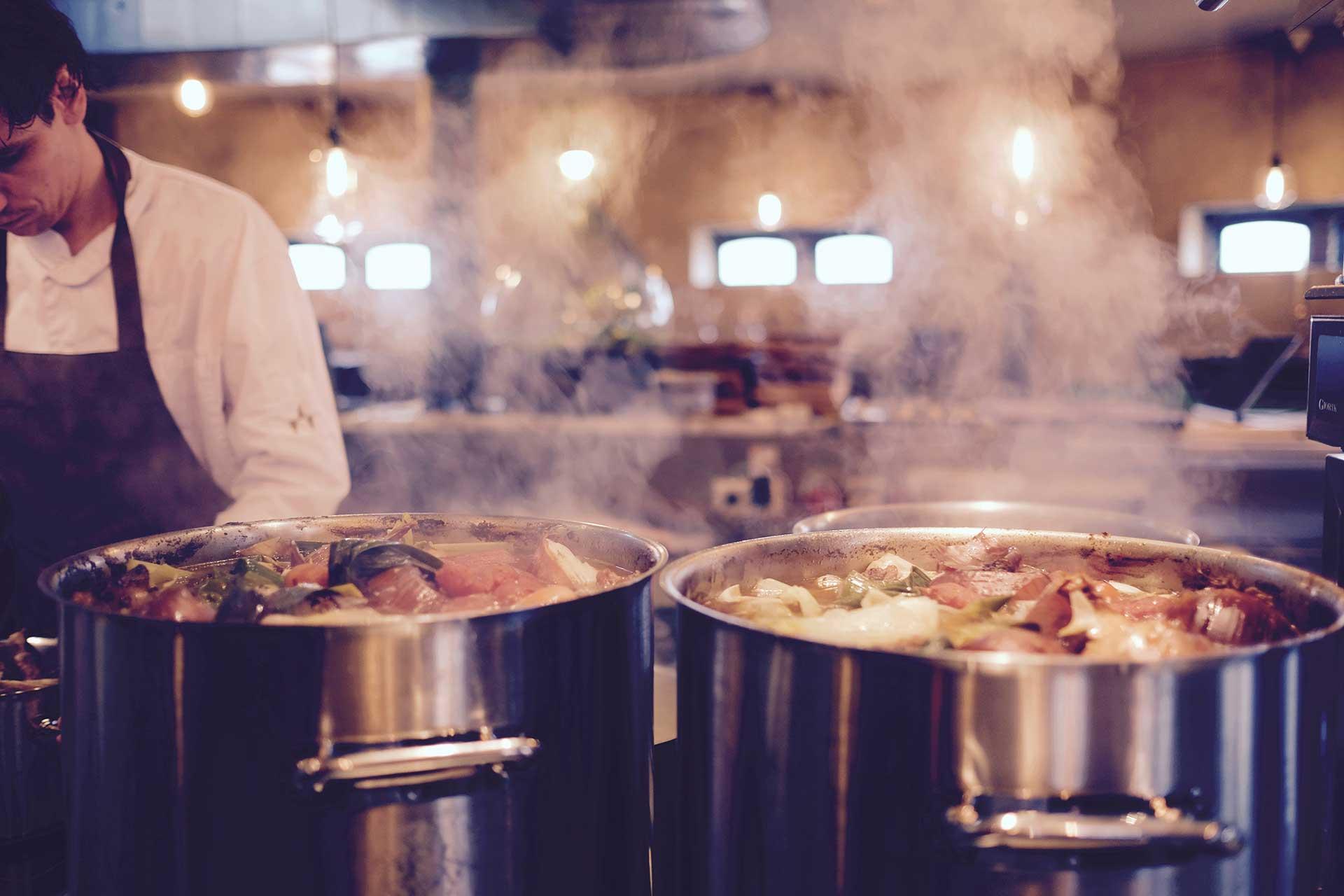 Image d'un cuisinier avec deux marmite
